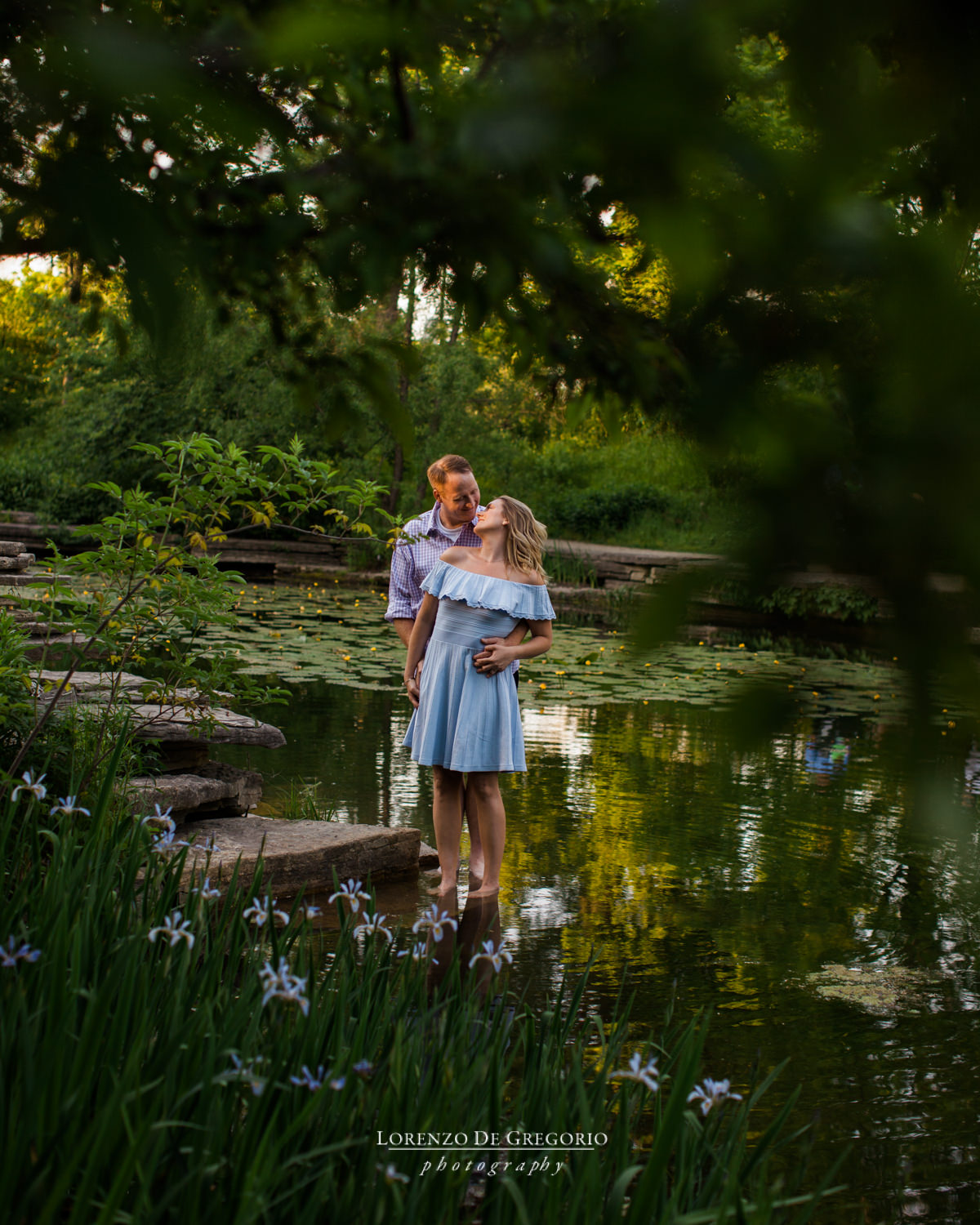 Chicago engagement photos at sunset in Lincoln Park | Lilly pool engagement photos